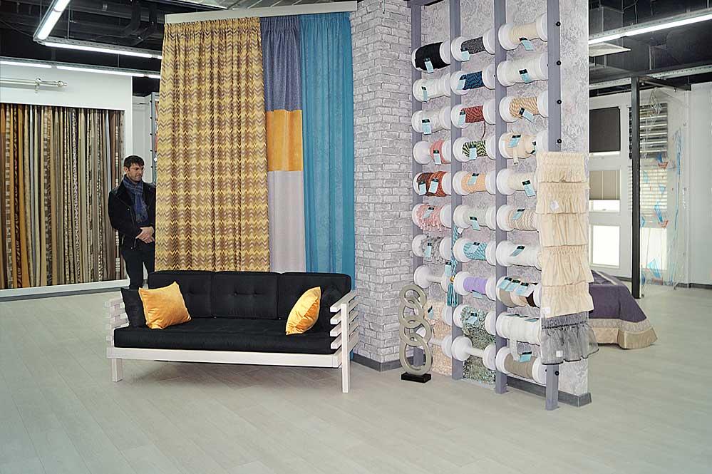 Экспозиция с диванчиком, отделочной тесьмой и современными шторами на профильном карнизе