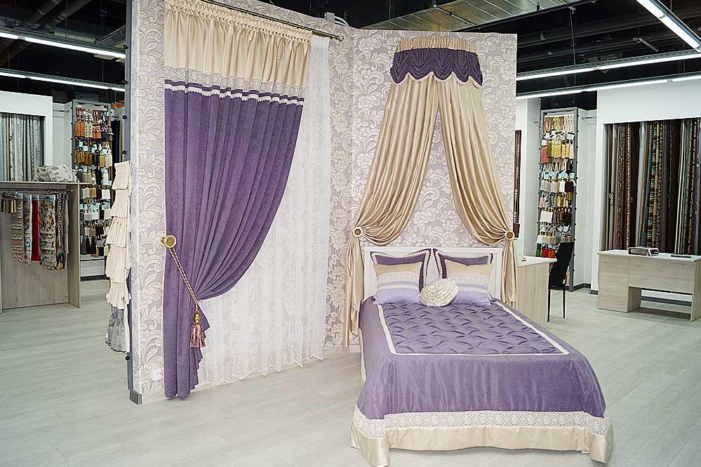 Экспозиция центральной колонны: спальный текстильный интерьер с балдахином