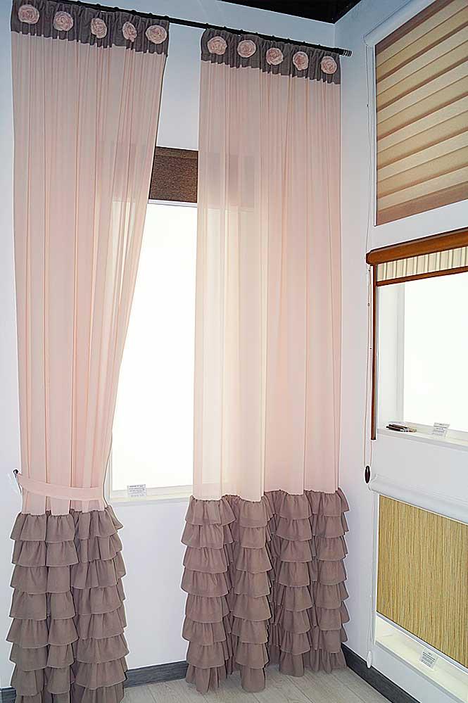 Деликатное сочетание полупрозрачных штор, отделанных розочками, и современная солнцезащита