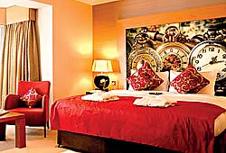 Яркий красный интерьер с часами, наклеинными на стену - качественное фото