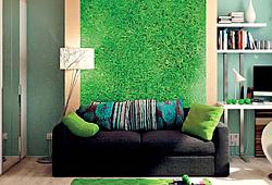 Текстура зеленой травы на стену гостиной с диваном и торшером