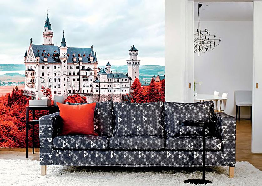 Европейский замок - наклеивающиеся обои на флизелиновой основе, диван с красной подушкой