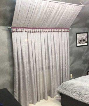 Мягкая жемчужно-серого цвета портьера с отделкой бахромой в современном стиле