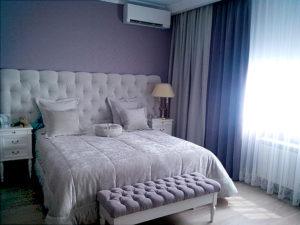 Синие легкие шторы, покрывало из белого плюша с декоративными бархатными подушками