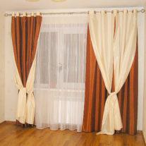 Бордово-кремовые шелковые шторы на люверсах