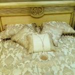 Золотисто-бежевые декоративные подушки с нарядными аксессуарами