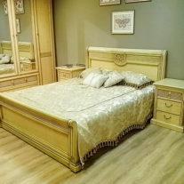 Золотисто-бежевый комплект декоративных подушек и покрывала на двуспальную кровать