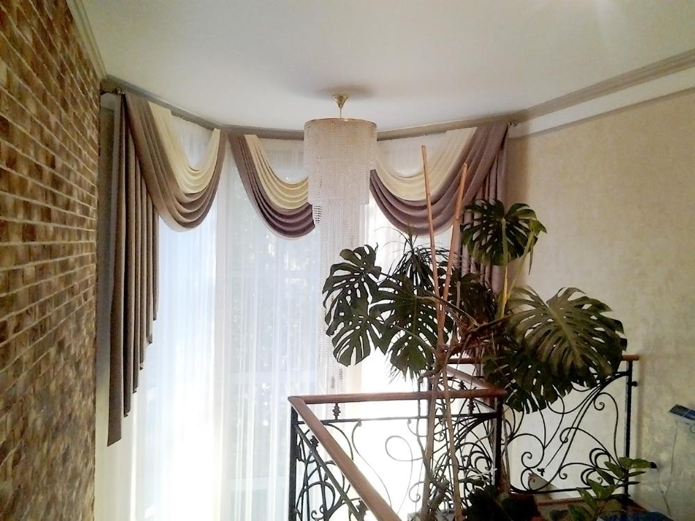 Окно на лестнице ис фалдами и свагами