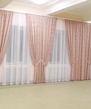 Розовые шторы в зал с большим количеством окон