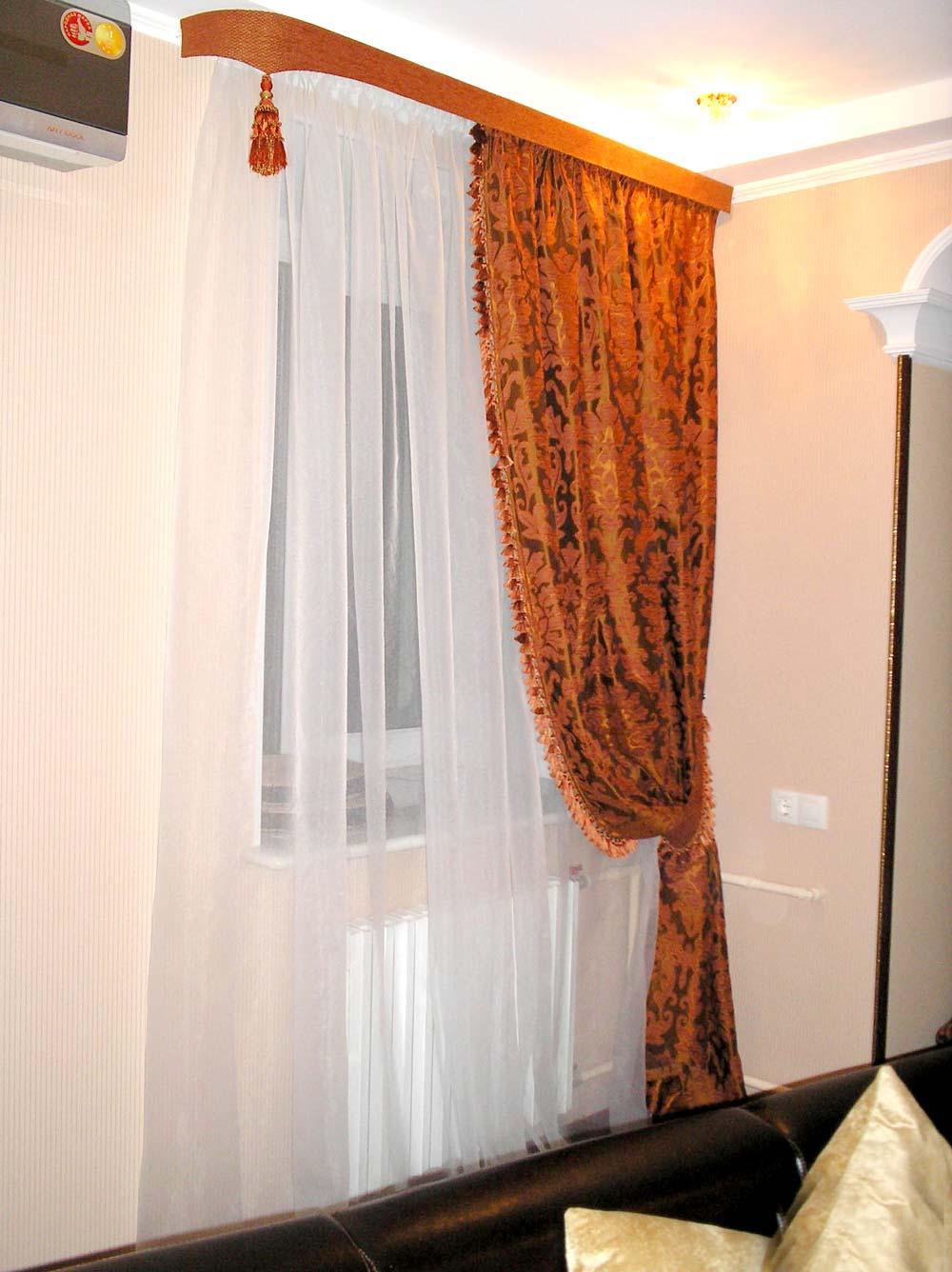 Бордовая портьера с узким ламбрекеном и кисточкой