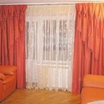 Красные шторы с декором из кугелей