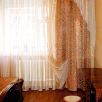 Золотисто-оранжевые шторы с воланом для спальни