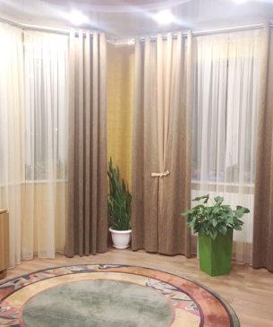 Общий вид зала с портьерами, тюлем и окнами - обычными и эркерными