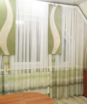Тюль из органзы на мансардное окно и декор из зеленых панелей