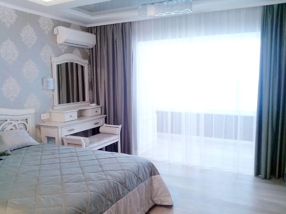 Прямые шторы на потолочном карнизе в большой спальне на заказ