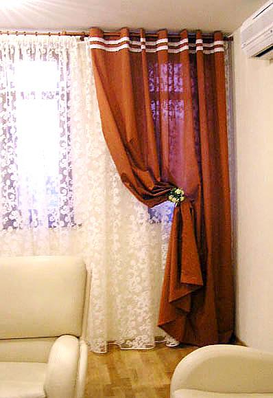 Дизайн штор в гостиную на заказ: коричневые занавески с аппликацией и белый ажурный тюль