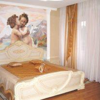 Декортивные подушки и покрывало золотисто-коричневого цвета с легкой органзой в отделке