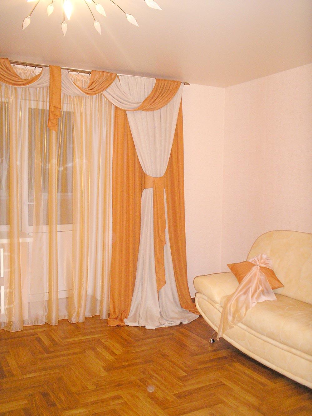 Угол комнаты с абрикосовыми занавесками