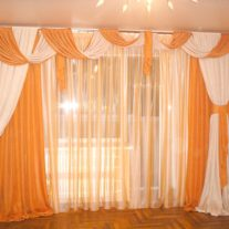 Легкие шторы в зал с перекидами и завязками