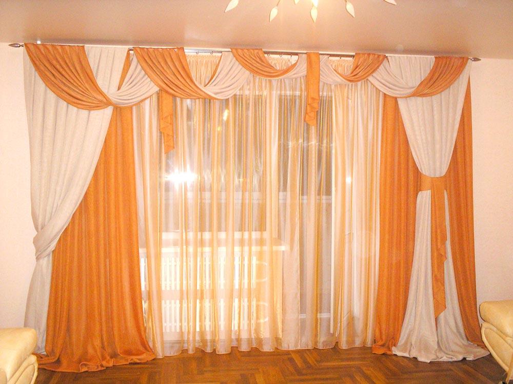 Легкие оранжевые шторы в зал с перекидами и завязками