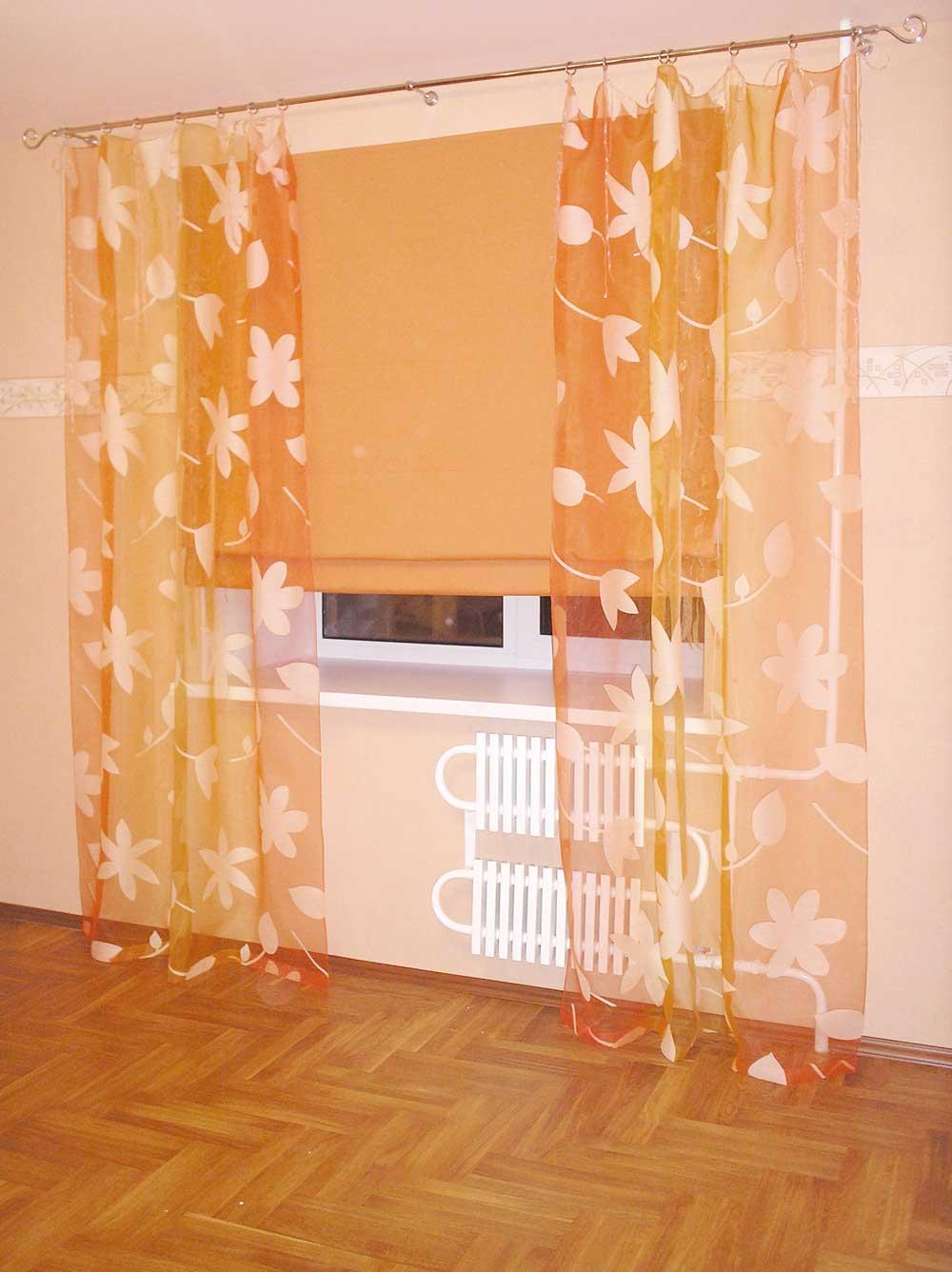 Оранжевая рулонная штора и огненная органза с цветами