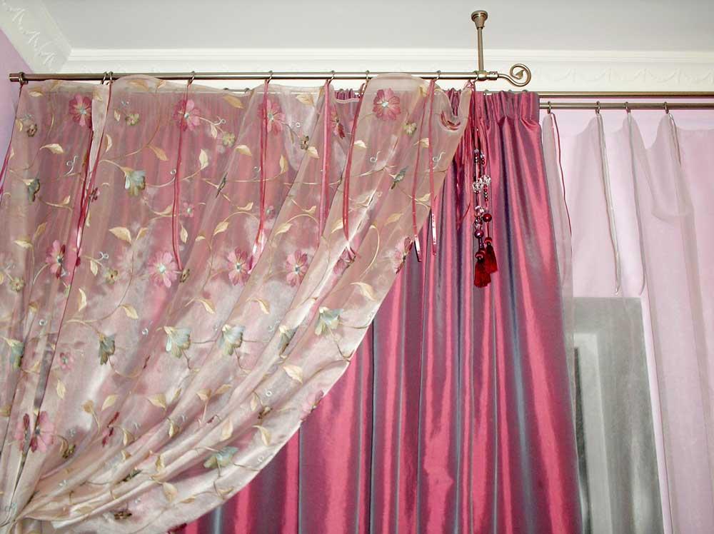 Необычное расположение карнизов и милый аксессуар-буса с кистью для штор