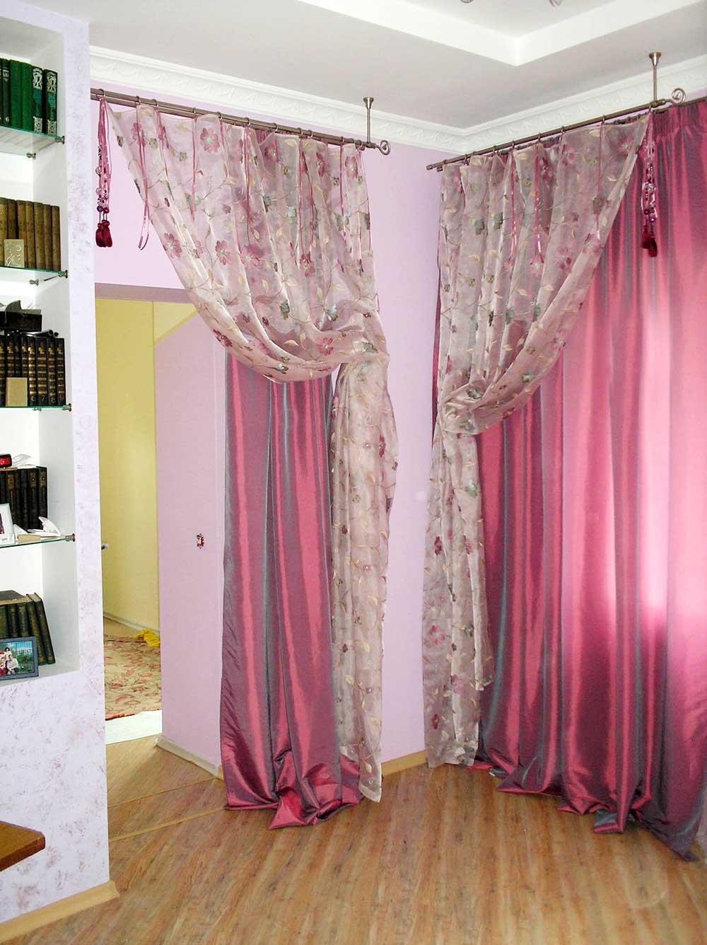 Ягодные цвета в дизайне штор: малиновая тафта и принтованая органза в декоре окна