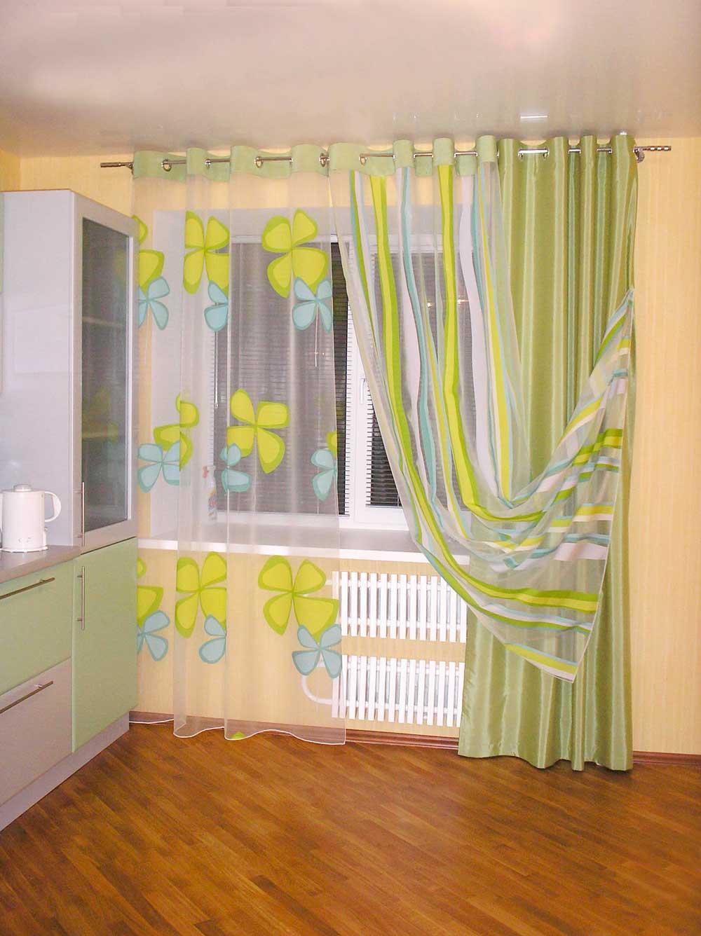 Сочетаем горизонтальные жалюзи и занавеси зеленого цвета на кухне, фото