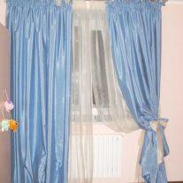 Светло-голубая портьера и белая тюль с пышной складкой