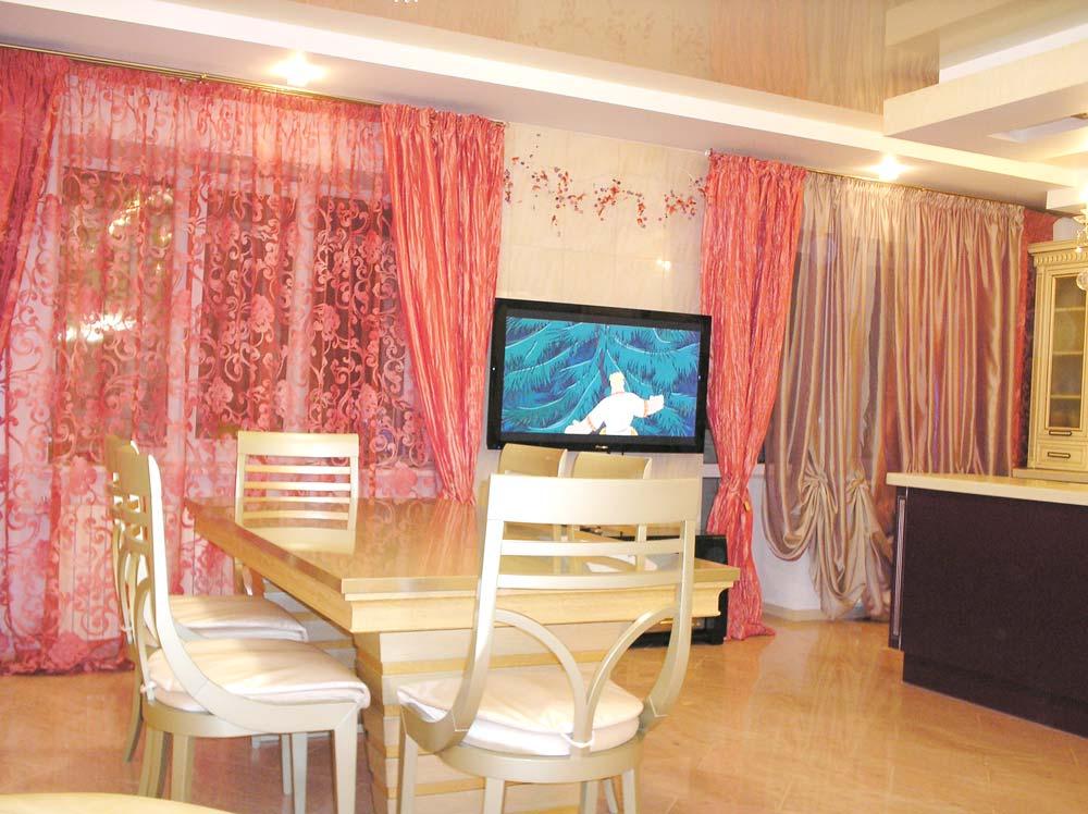 Кораллово-красные шторы и тюль с вышивкой в кухню-столовую