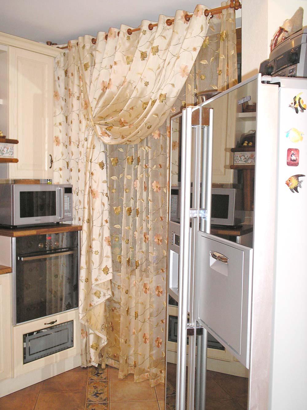 Атласные шторы с цветами фото на кухню