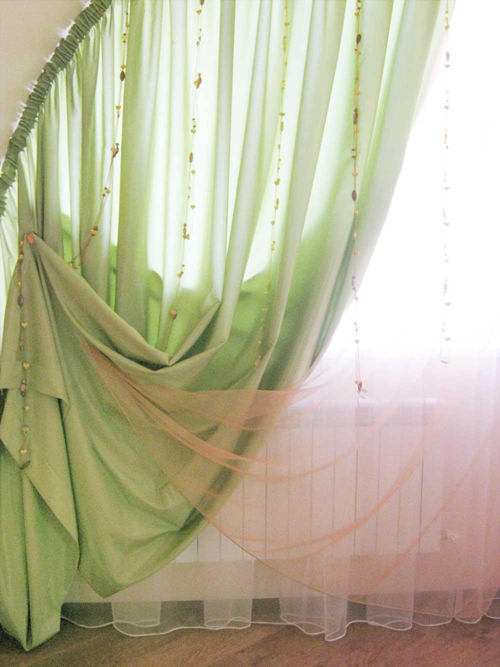 Зеленые занавеси на гибком карнизе с декоративными подвесами