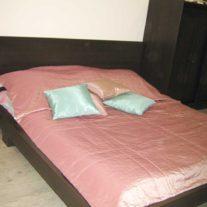 Розовое покрывало и декоративные подушки бирюзового цвета ручной работы