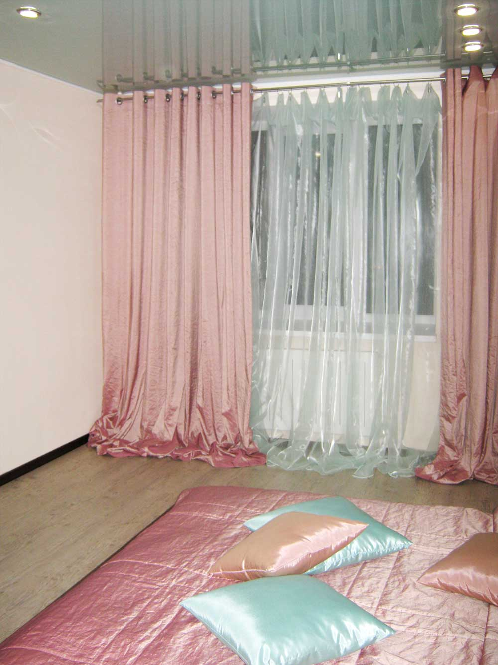 Современные розовые гардины и покрывало из тафты