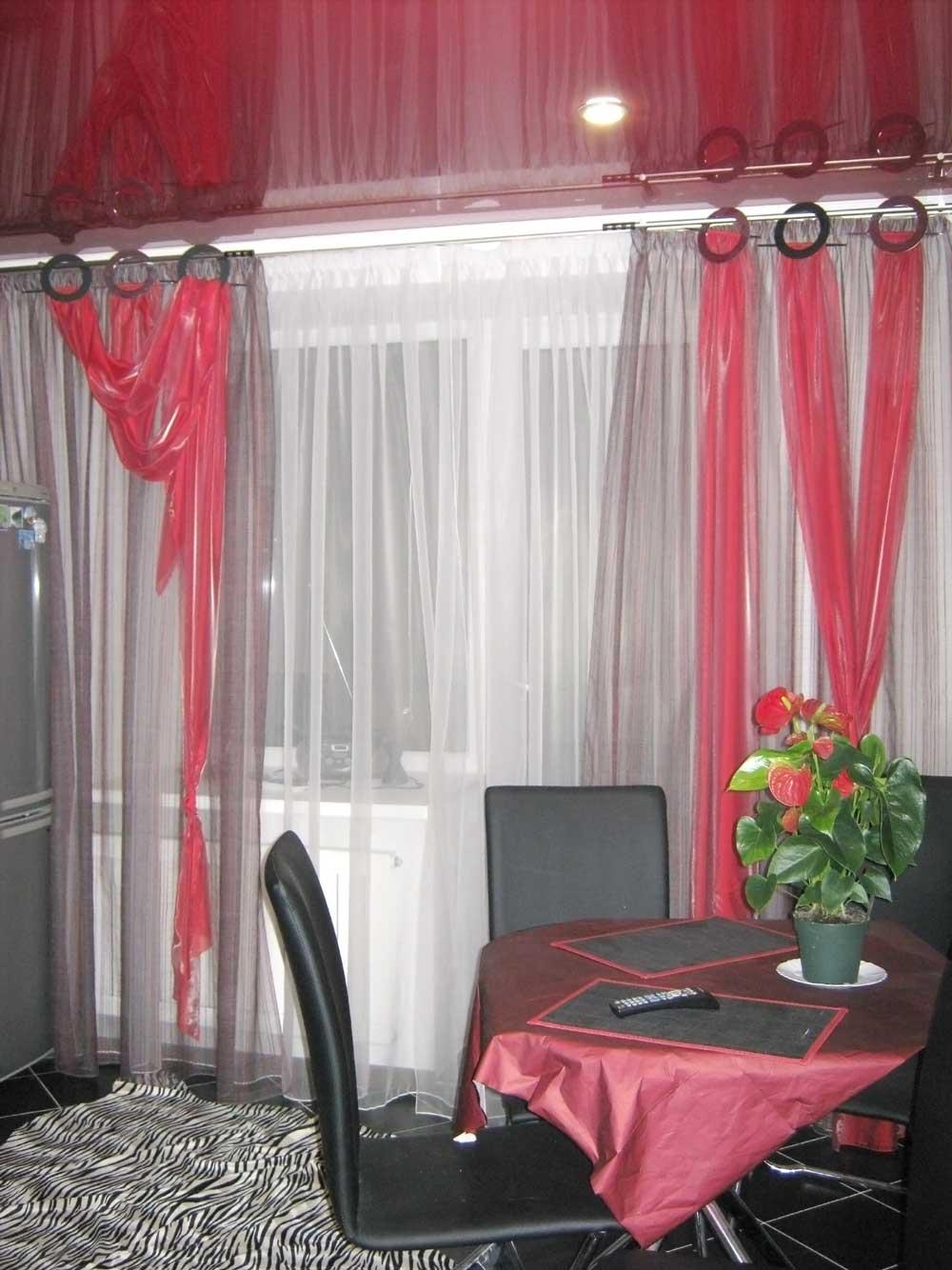 Модные шторы для кухни с декоративными кольцами и перекидами