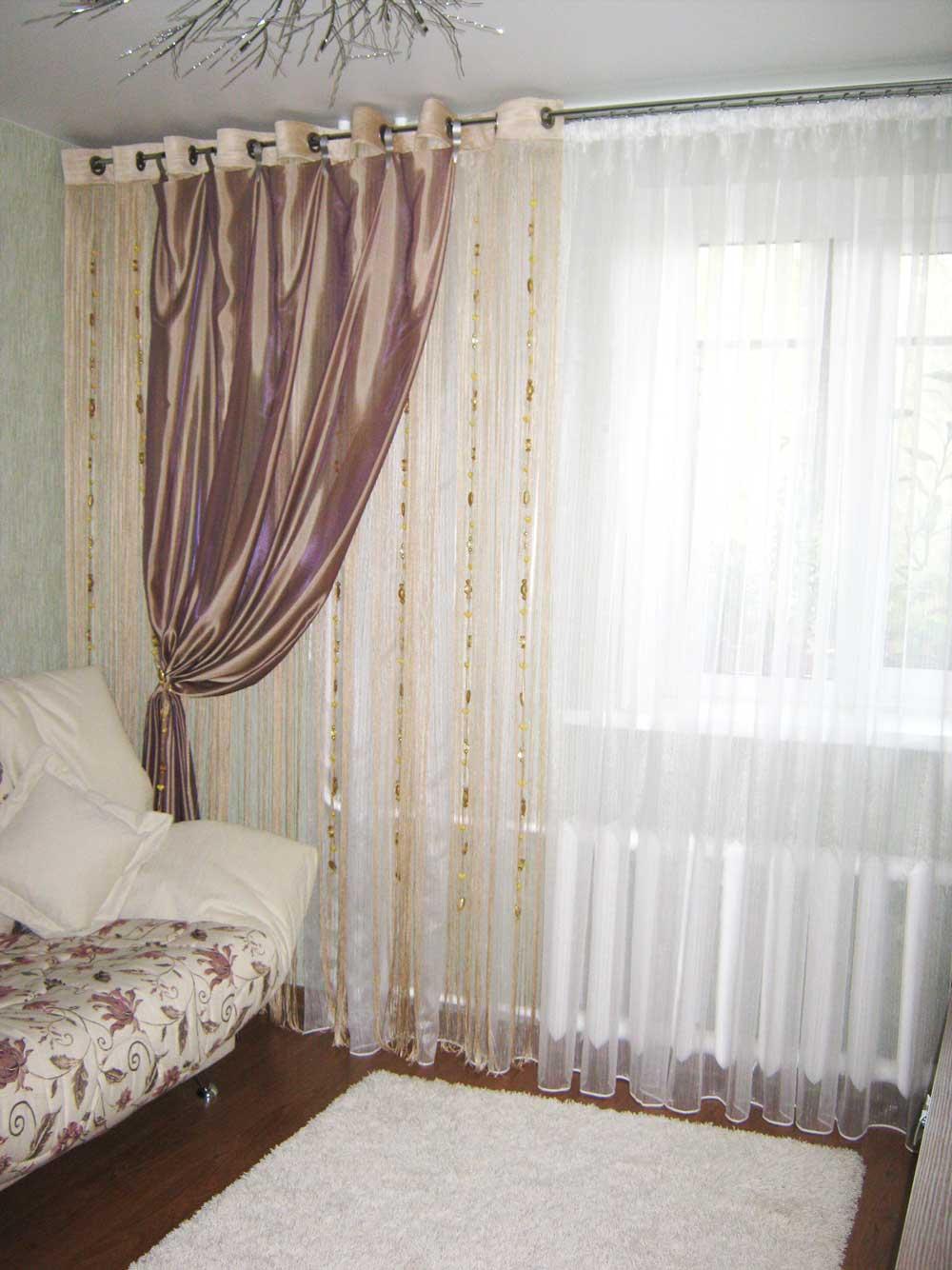 Светлые легкие гардины с декоративными подвесами для зала