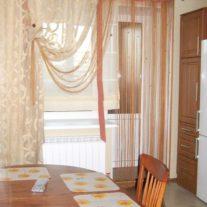 Шторы на люверсах с кисеёй на кухню с балконом