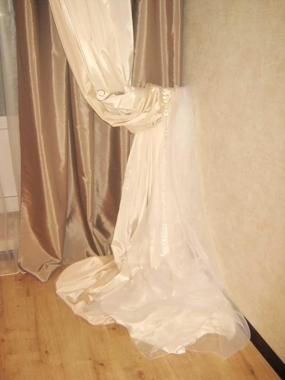 Необычный держатель штор, сделанный из карниза. фото