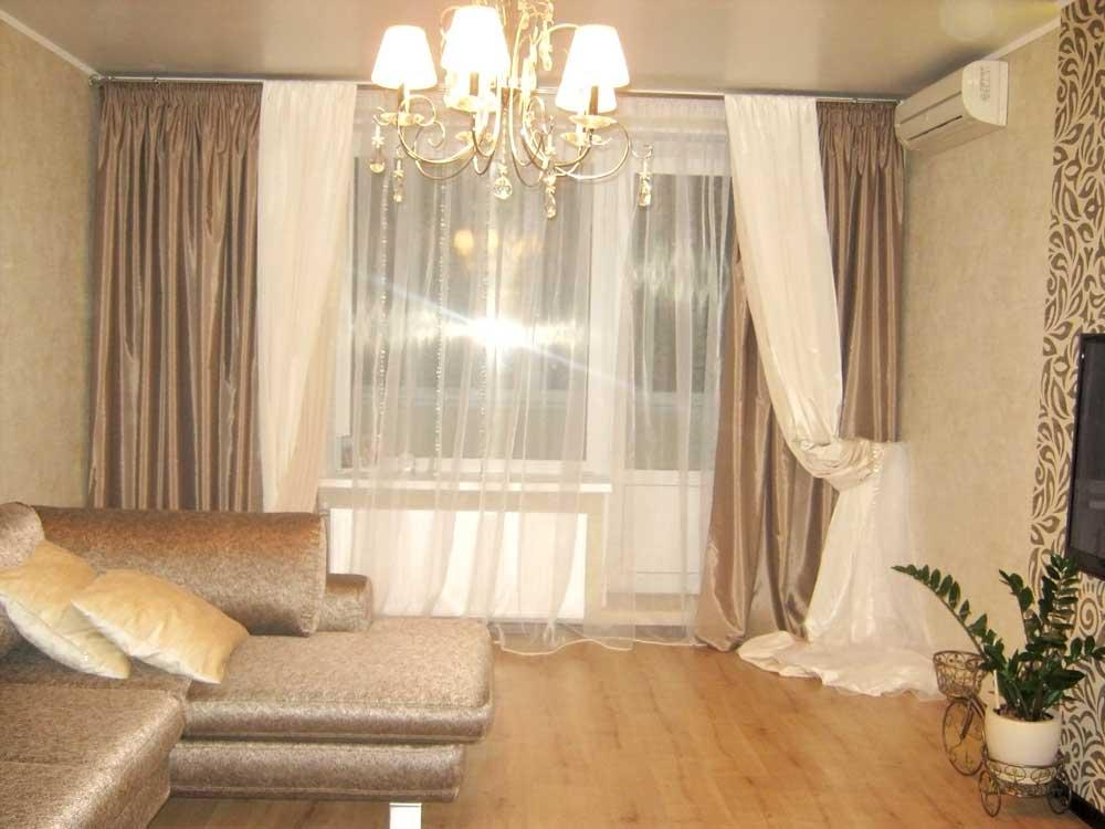 Бежевые шторы в гостиную с карандашной складкой