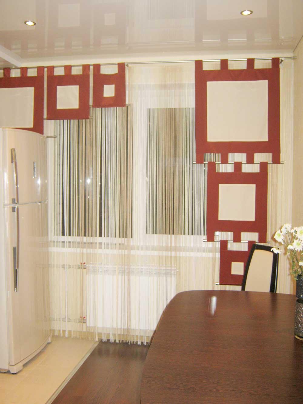 Белые нитяные шторы и декоративные панели для украшения окна