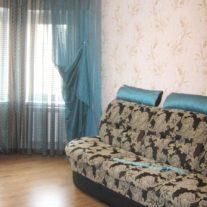 Гардины и бирюзовые диванные подушки