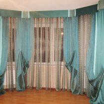 Бирюзовые легкие гардины в эркерное окно с декором