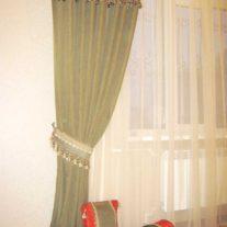 Портьера с декорированным тесьмой с кистями и подвесками верхом