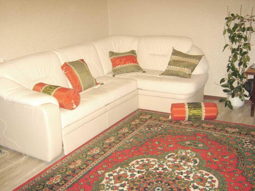 Красно-зеленые декоративные диванные подушечки с кистями