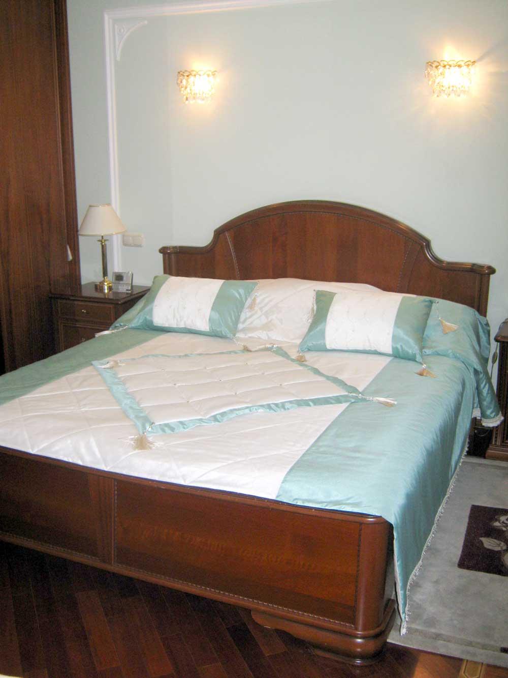 """Бело-голубое плкрывало на спальную кровать с аппликацией """"ромб"""""""