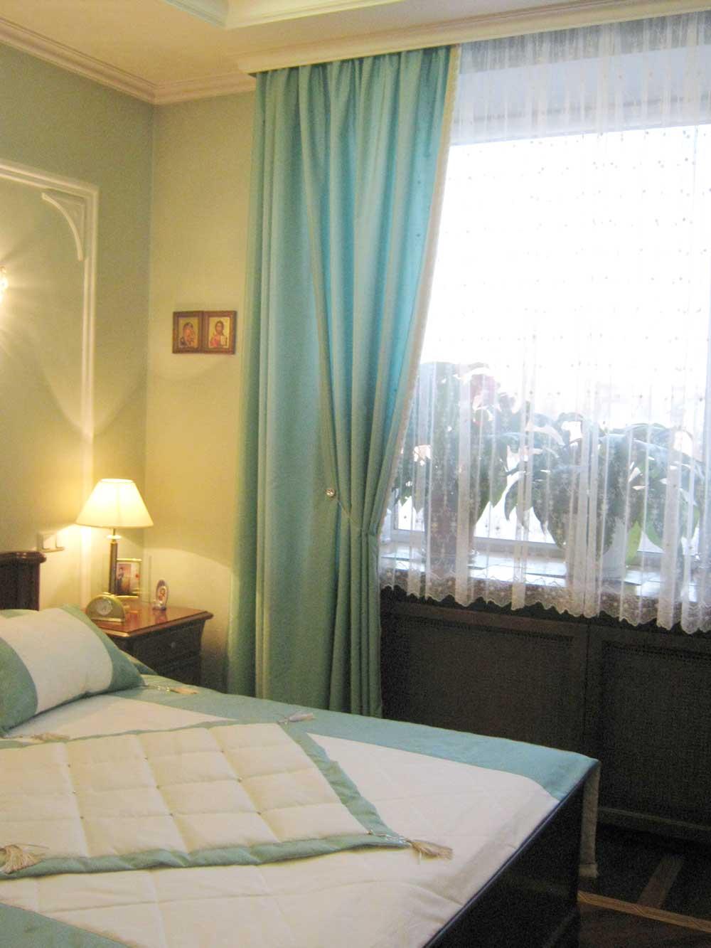 Легкая бирюзово0голубая штора с магнитным подхватом и покрывало для спальной кровати
