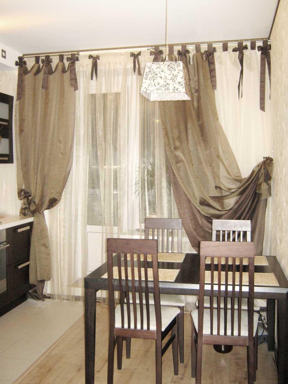 Двойные шторы на петлях-подвязках для кухни с балконом