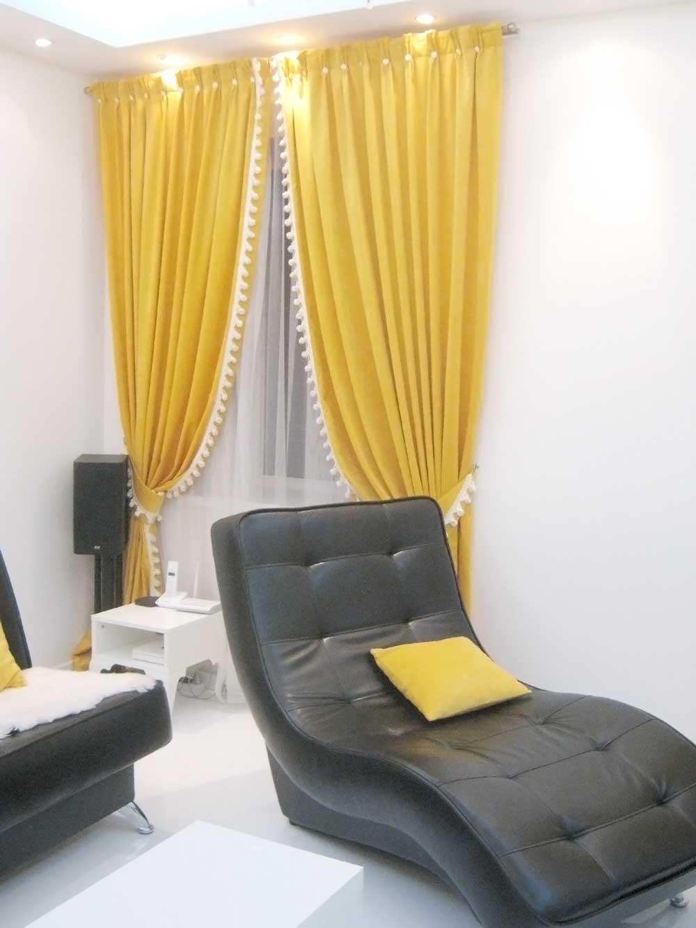 Желтые портьеры в белой комнате