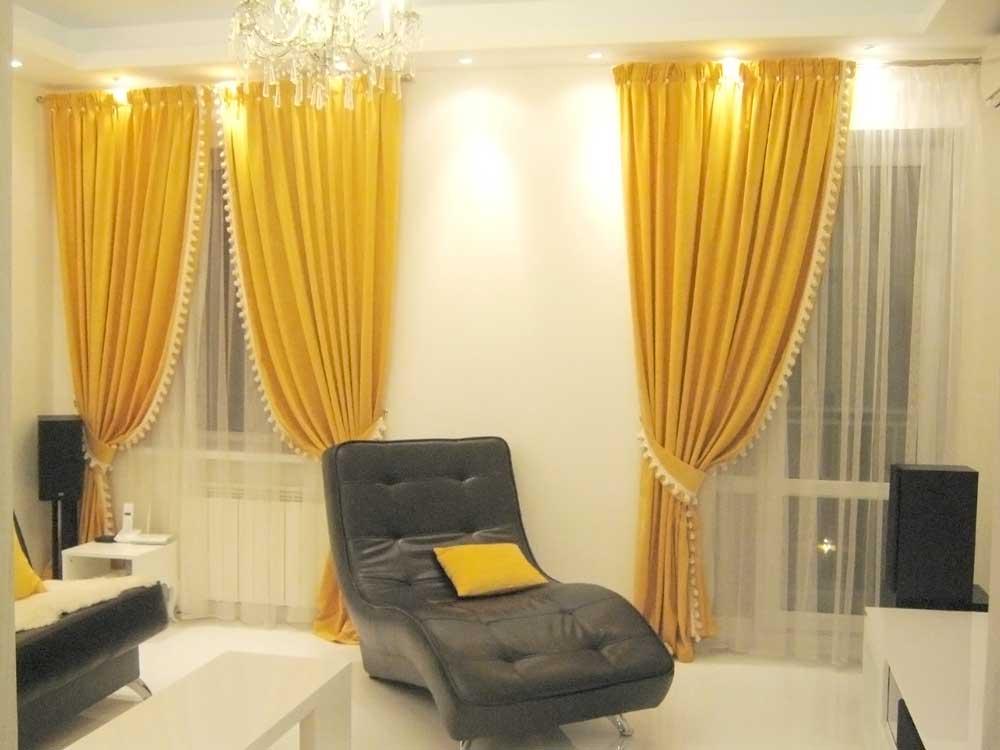 Желтые шторы с тесьмой с помпонами и широкой бантовой складкой