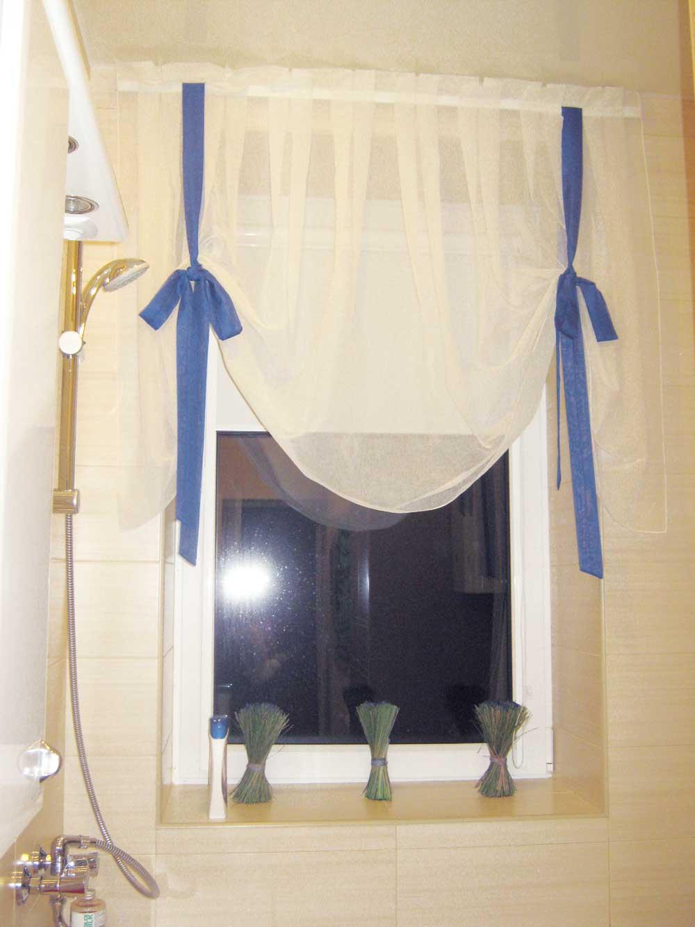 Шторка на окошко в ванную